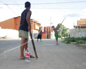Crianças jogando taco